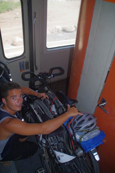 Dans le premier train nous voyageons entre deux wagons