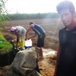 Une jeune paysanne nous offre l'eau de son puit pour remplir nos gourdes. Son sourire et sa gentillesse nous ont marqués.