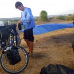 Ici nous avons attaché notre bâche entre nos deux vélos. Ainsi, le vent qui souffle fort dans la région fait office de séchoir rapide et efficace.