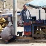 Une fois que l'acheteur et le vendeur se sont accordés sur le prix du kg, le commercant prépare le poisson.