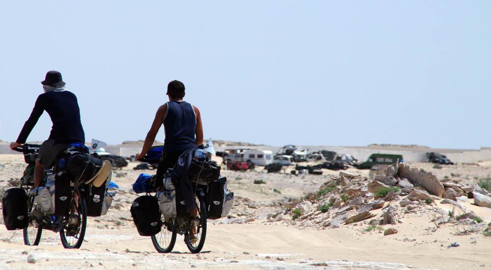 La zone située entre les frontières marocaine et mauritanienne, dans le sud du Sahara Occidental, est un no man's land : aucun des deux pays ne revendique ce terrain, qui mesure environ 5km de large.