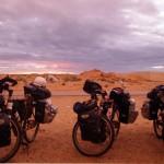 Enfin munis de l'autorisation d'entrée en Mauritanie, nos vélos sont prêts à être chargés dans le pick-up.