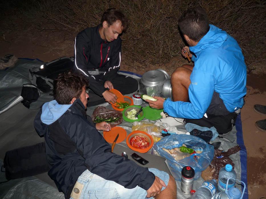 Au Maroc, à cette période, il fait nuit à 19h. Nos diners s'effectuent donc à la lumière de nos frontales.