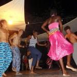 Mame Coumba, la danseuse du groupe de Mama Sadio, nous régale de différentes danses typiques de ce pays.