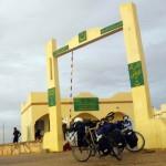 Devant ces murs nous sommes dans le No Man's Land, derrière, c'est la Mauritanie... nous avons mis 5 jours pour réussir à franchir cette barrière administrative..