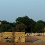 En se rapprochant du Sénégal, les dunes de sables sont remplacées par des villages entourés de verdure.