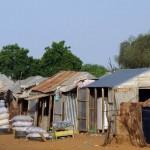 Aussi nous sommes surpris par la beauté des mosquées (au fond à gauche) en décalage avec la pauvreté des habitations...