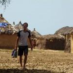 Nos gourdes étant vides, Bertrand part demander de l'eau dans le village situé à une centaine de mètres de notre abrit. A peine a-t-il commencé sa phrase qu'il est invité à se joindre à leur table