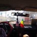 Prendre un taxi sénégalais est une expérience à vivre : klaxon, porte qui ne ferme pas, plancher troué, possibilité de monter à 7 dans une 5 places....