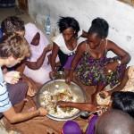 Nous partageons une tieboudienne (poisson, riz, légumes...) avec la famille de Mamy, une amie de Morgan