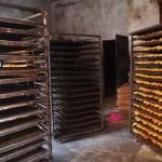Saint-Louis est l'ancienne capitale de l'AOF (Afrique Occidentale Francaise) et on y retrouve de nombreuses traces de l'époque coloniale comme cette boulangerie où l'on cuit de succulentes baguettes.