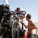 Claude, le père de Morgan nous aide à fixer les vélos sur le 4x4...cette opération est minutieuse!