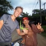 Péruibe. Nous rencontrons ici un colombien magique. Il nous raconte sa vie atypique tout en fabriquant une sauterelle avec une feuille de palmier que nous garderons en souvenir.