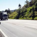 Au Brésil les autoroutes sont souvent le seul moyen de joindre deux villes... et les camions roulent aussi vite que les voitures...