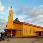 En fin de journée, nous nous arrêtons parfois près des églises, généralement situées au centre des villages, afin de provoquer de belles rencontres.