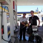 Parfois nos vélos sont confondus avec des motos... mais nous leur répétons que ce n'est pas de l'essence qu'il nous faut mais des pâtes, du riz, du thon, des tomates et des bananes !!! :) :) :)