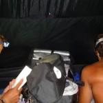 Siphay dort seul dans la petite tente, Morgan et Bertand partagent la plus grande, un petit mur de sacs les séparant. Nous profitons de ces instants pour bouquiner, rédiger notre carnet de bord et écouter de la musique en rêvant de la suite...