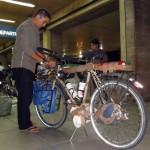 Comme toujours, nous prenons soin de nos vélos et protégons toutes les pièces fragiles (moyeux, tendeur de chaine, selle...) avant de les charger dans l'avion. Notre vol étant fixé au lendemain matin, nous passons la nuit sur place et installons notre camp comme à la maison :)