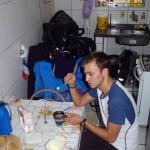 Santos. Paulo, un ami de Siphay, nous accueille généreusement dans l'appartement qu'il partage avec sa soeur et ses grands parents. Ils insistent pour que nous rangions les vélos dans la cuisine et nous offrent de délicieux repas.