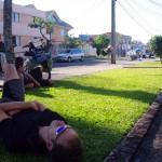 Curitiba. Nous arrivons en ville vers 15h et avons rendez-vous avec un couchsurfeur vers 19h. Connaissant l'adresse de sa maison, nous attendons devant et profitons de quelques heures de repos.