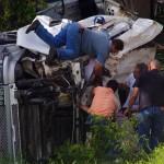 Les autres camionneurs n'attendent pas l'arrivée des secours et s'empressent d'extraire le chauffeur de la cabine. Heureusement, il s'en sort sain et sauf.