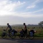 L'Uruguay nous réserve des journées de vélo plutôt difficiles. Entre 50 et 80km/h de vent en pleine face... mais nous devons tenir une cadence de 100km/jour pour arriver à temps à Montevideo, où des amis nous attendent. It's hard to cycle in Uruguay. Betwee, 50 and 80 kph wind on the face... but we have to do 100km a day to reach Montevideo where firends are waiting for us.