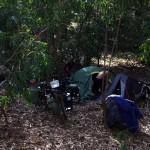 Contrairement au Brésil, ici nous n'avons pas de problèmes avec les clôtures. Nous pouvons aisément pénétrer dans les bois pour y installer notre camp à l'abri de la police ou des personnes mal intentionnées.