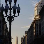 L' Obélisque de Buenos Aires (67m). La structure du monument, basée sur l'esthétique rationaliste, a engendré bien des polémiques parmi les partisans de la rénovation de la ville et les secteurs plus traditionalistes. Actuellement cependant, il a conquis les cœurs et on le considère comme un symbole de la ville