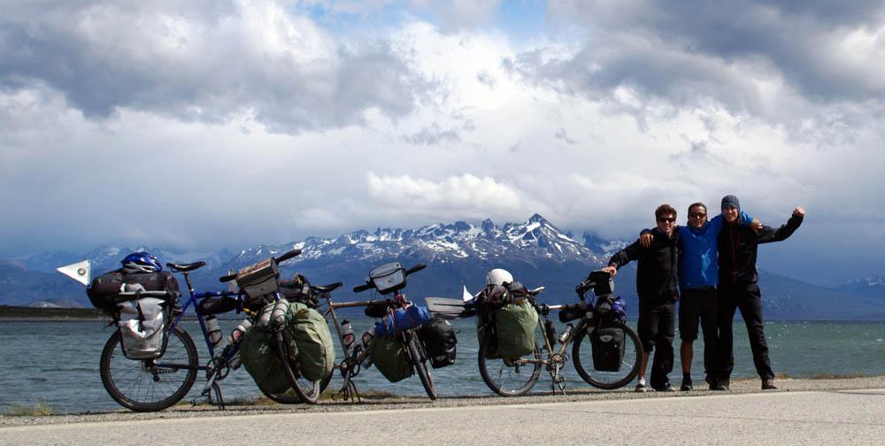 Certes nous sommes loin de nos proches, mais nous jouissons du plus beau cadeau de Noël imaginable !!! La mer, les montagnes, Ushuaïa est un endroit magique. Après 6795km, 120 jours de voyage, 80 nuits chez l'habitant, 62 jours de vélo, plus de 50kg de bananes, 4 crevaisons, 2 chutes, 1 perfusion et 0€ dépensé pour se loger... nous voici arrivés au terme de notre première étape et ceci en partie grâce à vous tous !!! Merci