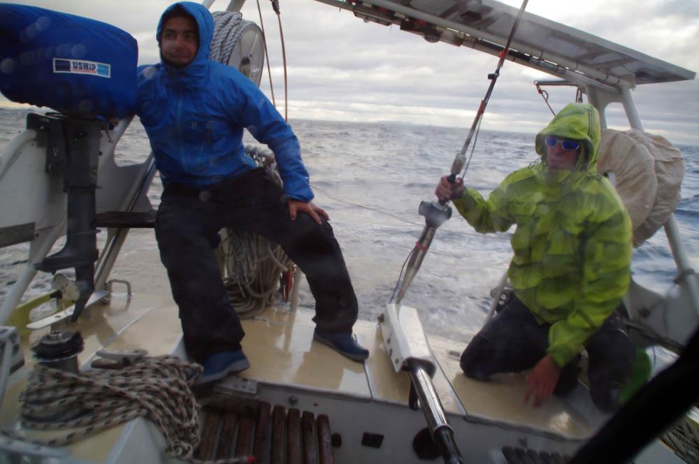 A ces latitudes les changements climatiques sont aussi rapides qu'en haute montagne ; quelques heures après une courte accalmie le mauvais temps revient amenant avec lui vent et mer agitée. Dès lors, nous devons être vigilants et avoir en permanence une main accrochée au bateau pour ne pas passer par-dessus bord ; « une main pour le bateau et une main pour le marin »