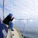 Après 97 heures de navigation, nous apercevons les premières îles du continent Antarctique. Nous « tombons » les voiles et continuons au moteur pour être plus manoeuvrable. En effet, il faut être en mesure de contourner les icebergs et les « hauts-fonds » (=sommets sous-marin)