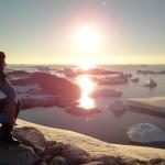 Nous savourons les derniers instants de la journée, lorsque le soleil frôle l'horizon et joue avec les icebergs pour nous offrir de magnifiques contrastes de couleurs.