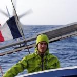 Un bateau ne navigue que rarement « à l'horizontal ». Ici on voit bien que le voilier est à la gite, ce qui signifie qu'il est incliné par rapport à l'horizon. Ce va et vient provoque parfois le mal de mer au pauvres terriens que nous sommes.
