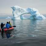 Cet iceberg nous paraissait proche et de taille raisonnable, à mesure que nous pagayons, nous réalisons qu'il est éloigné et mesure près de 25m de haut. Ici, tout est tellement gigantesque qu'il est vraiment difficile d'apprécier une mesure à sa juste valeur.