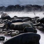 En ce jour de grand beau temps le soleil réchauffe la roche noir et les vapeurs d'eau nous offre, une fois de plus, une scène surnaturelle.