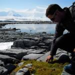 Morgan touche du doigt la rare végétation de ce continent, mousse et lichen principalement.