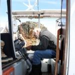 Pendant ce temps là notre capitaine s'affère à réparer le moteur de l'annexe. Les conditions extrêmes n'épargnent pas le matériel…