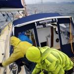 Lorsque nous naviguons, nous faisons des « quarts », c'est-à-dire que, à tour de rôle, 2 personnes sont sur le pont du bateau et veillent sur celui-ci. Ici, le vent faiblissant, Michel et Bertrand déroulent le génois (= ils agrandissent la surface de la voile) afin de gagner en vitesse.