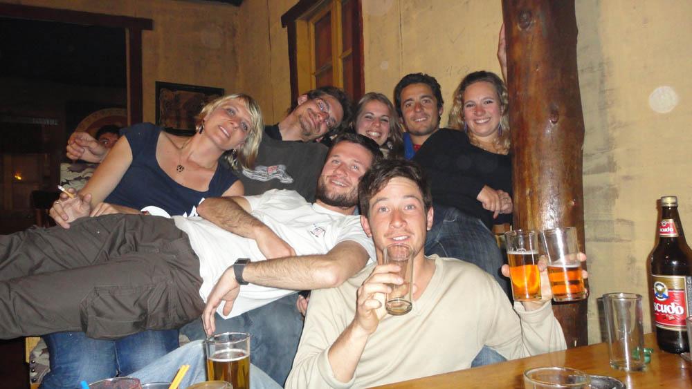 Puerto Natales,Chili. Julie, Joël, Lola, Mélanie et Guillaume nous ont invité partout !!! Dans leur auberge, au bar et nous ont donné pas mal de vivre : lait en poudre, sucre, jambon, pain, gaz...
