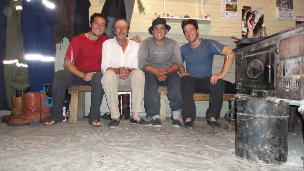 40km avant El Chalten, Argentine. Flaco, Diego et Fernando (déjà couché) nous ont invité à déguster un excellent mouton cuit au feu de bois...