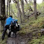 Durant les 6 premiers km il est inenvisageable de monter sur le vélo. La pente est raide, la forêt dense et le chemin est si étroit que nos vélos n'ont parfois pas la place de passer. Nous poussons, portons nos montures, traversons des cours d'eau, enjambons des troncs ou roches situés sur notre chemin…