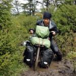Nous sommes parfois plantés dans la boue jusque mi-mollets et devons nous mettre à deux pour réussir à sortir les vélos de ces pièges.