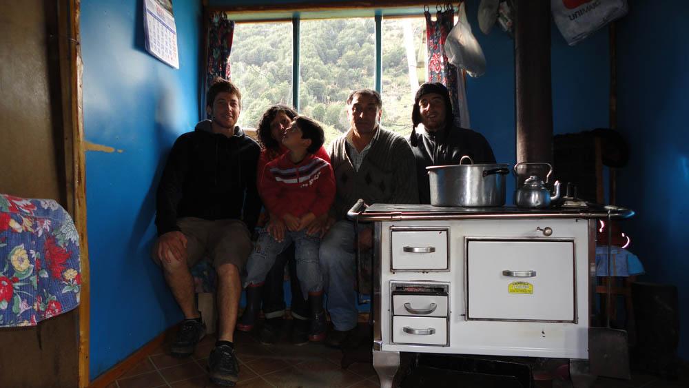 5 km après Punte Murta, Chili. Osvaldo et Madora nous accueil dans leur modeste maison. Nous passons une excellente soirée à discuter de l'époque Pinochet... et nous dormons sur de confortables matelas...