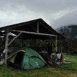 Fatigués d'être mouillés en permanence nous demandons aux paysans un abri pour planter notre tente. Ils acceptent tous sans hésiter.