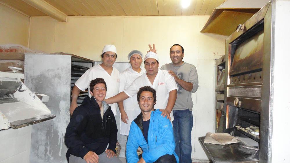 Puyehue, Chili. Nous roulons plus de 120km pour traverser les Andes d'Est en Ouest et ainsi passer la frontière Argentine-Chili. Nous roulons la nuit, sous la pluie, et arrivons dans cette boulangerie trempés et gelés... Ugo, le patron, nous accueille chaleureusement. Il fait ouvrir les fours pour réchauffer la pièce, nous offre un bon café chaud et quelques pâtisseries... Nous passerons la nuit chez eux... Un agréable retour au Chili !!!