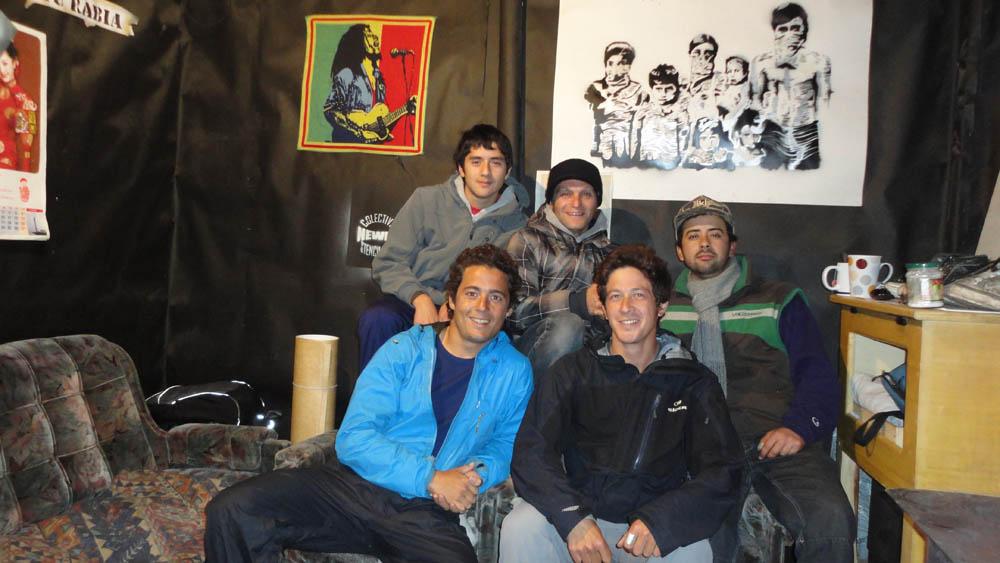 Ruta 5, 250km au Sud de Santiago, Chili. Nous allons chercher un café dans une petite boutique ouverte au milieu de la nuit... Il est 2h du matin et ils n'ont pas de café mais souhaitent que nous restions avec eux pour leur raconter notre parcours... Ils nous invitent à boire un thé et nous leur montrons quelques photos... ainsi vont nos soirées sur la Ruta 5 !!!