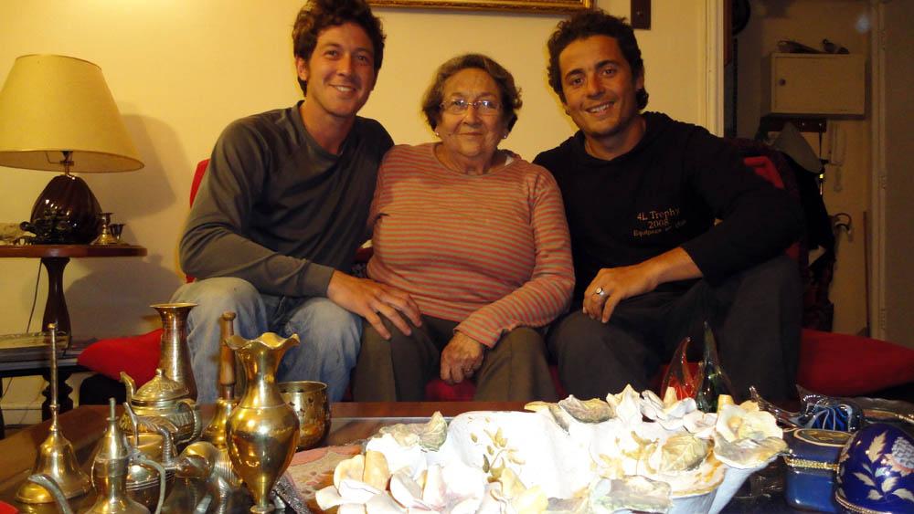 Viña del Mar, Chili. Gladys, la grand mère de Siphay nous accueille très chaleureusement après deux années sans avoir vu son petit fils. Artiste peintre, elle profite de son temps libre pour enseigner sa passion.