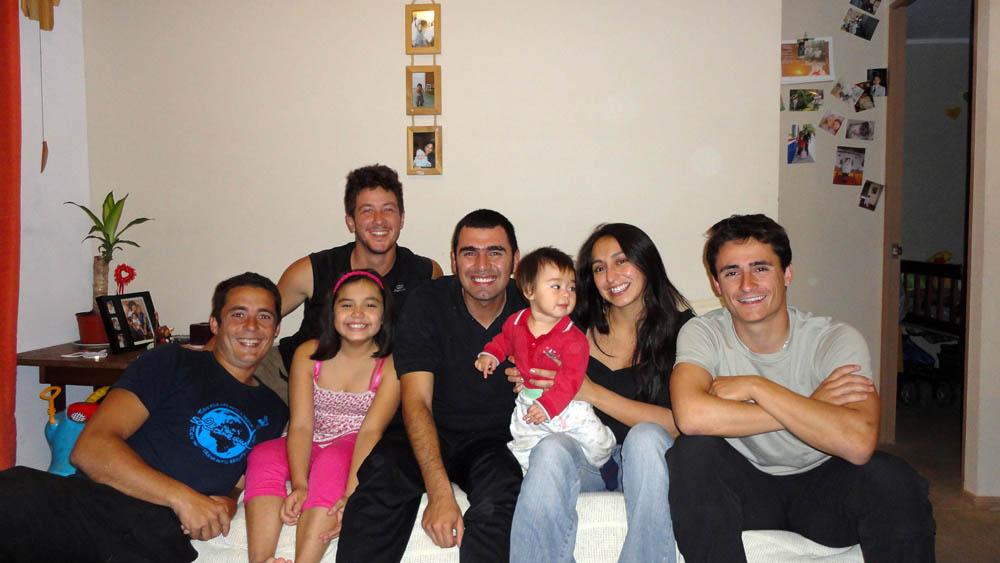 Antofagasta, Chili. Mauricio, un ami de Siphay lors de son premier séjour il y a 2 ans, nous accueille dans son petit appartement avec sa famille. Professionel du son, nous discutons technique autour d'un verre.
