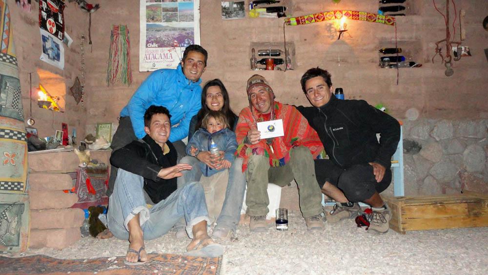 San Pedro de Atacama, Chili. Rodrigo, un ancien voyageur à vélo et guide de haute montagne, nous aborde sur la place centrale et finit par nous inviter dans sa maison encore en construction. Pendant une semaine, nous serons accuellis sur le terrain de sa maison en compagnie de sa femme Cécilia et de leur bout de chou Kiriku.