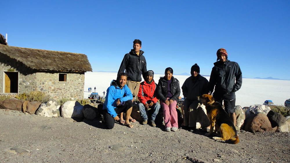 Ile d'Incahuasi, Salar de Uyuni, Bolivie. Alex (en rouge sur la photo) qui travaille à cet endroit mythique avec sa soeur nous offre une pièce non utilisée dans le musée, alors que nous montions la tente par un vent glacial. Premier grand moment d'hospitalité en Bolivie !